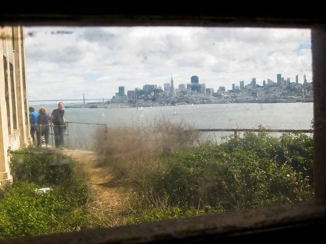 所内の小窓から見えるダウンタウン_edit