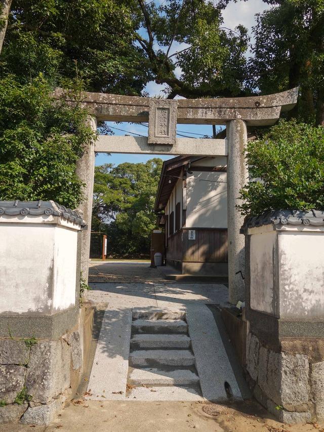 拝殿の脇の鳥居_edit