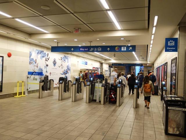 Vancouver City Centre 駅 3_edit