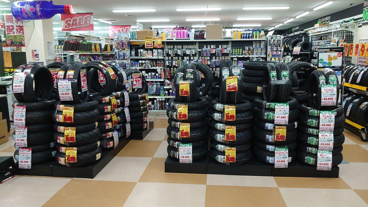 タイヤ売場全景