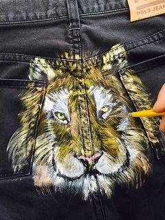 ジーンズに虎を描画中