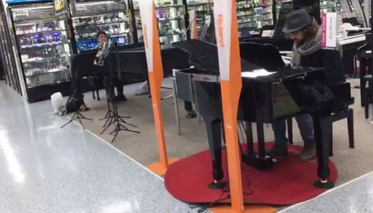 電気屋でピアノを弾いてたら海外ミュージシャンが即興でピアノをあわせ始める→ヨドバシが最高のライブ会場に!!
