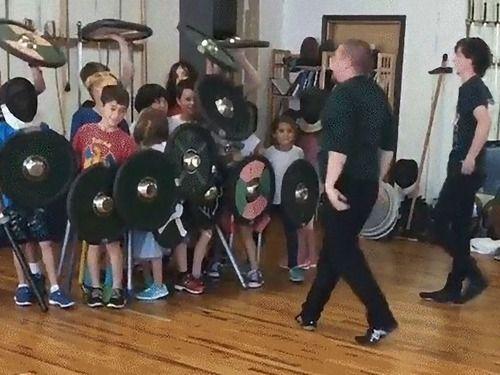 「盾の壁」と呼ばれる軍隊のテクニックを使うと…小さな子どもたちでも大人に勝てる