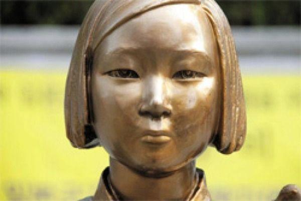 慰安婦像に飛び蹴りをしようとした男性「慰安婦像のせいで日本と近しくなれない、撤去してやる」