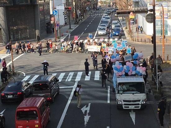 【画像】SEALDsが名古屋で渋滞を発生させながらデモ「民主主義ってこれだ!」