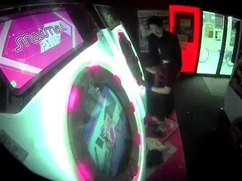 【動画】ゲームセンターで『maimai』を遊んでる女の子の背後からお尻を触る痴漢が出現・・・・・