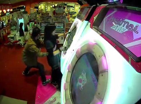 【動画】 音ゲ『maimai』 プレイ中に胸を揉まれる事案が発生! 尻に続き今度は胸かよ・・・