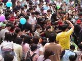 それにしても凄い数のお客さんだ、完全に囲まれてしまった日本のロボ