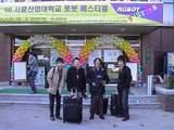 ソウル産業大学体育館前で記念写真