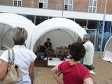 会場は、町の広場。ROBO-ONE史上初めてのテントであった。