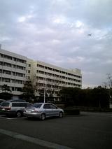 大学の真上を飛行機が通る