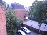 隣は小さい私立学校のようで、8時を過ぎると賑やかになってきた。