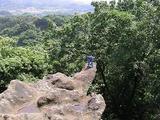 せり出した岩でポーズをとるダイナマイザー