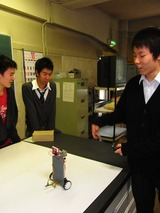 静止している姿がりりしい。弊社の教育用ロボットは学生が作る