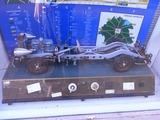とても古い、トラック車体のカットモデルのミュージアムモデル