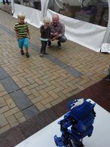 2足歩行ロボットを生で初めてみるような親子遠巻き