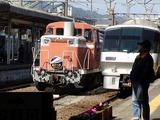 JRにはディーゼル機関車が停車中