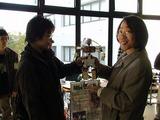 ROBO-ONEの石川部隊長にご挨拶し1年生製作の2足ロボットの解説をして頂く