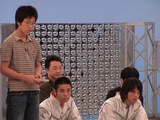 真剣な表情のタクミと、見守る品川庄司さん。