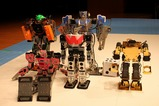 大人たちROBOTで記念撮影、神谷先生のロボットを探せ