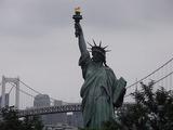 なぜ東京に自由の女神?違和感