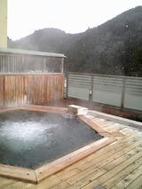 雪が舞う露天風呂、出るに出られない感覚で長湯