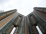 ものすごくモダンなデザインの超高層ビルが聳え立つ