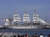 復活した海王丸が帆の展開展示をしていた。美しい