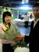 チエさんに準優勝のお花をあげるスギウラファミリー