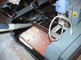 切削中も機側を離れず、切子の掃除をするのが鉄則だ