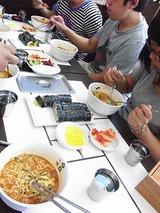 韓国スタイルのファーストフード店でラーメンを食べる