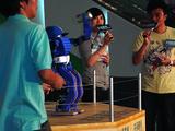 GIGA Dynamizerは広東語の挨拶と、缶投げを演技した