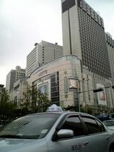 タクシーで再び南大門へ向かう。途中のビルをチェックロッテデパート?巨大だ