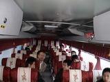 釜山に付き、チャーターバスで移動中の一行。