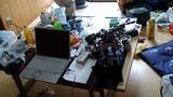 散乱するロボットの部品