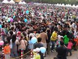 ROBOT Fishing rally 2006実験大会の様子6 詰め掛けた観客は数万名に及び、池をも埋め尽くす状況よく探すとDYNAMIZERが写ってるよ。