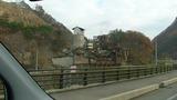 車窓から見るハウルの動く城みたいな、石切工場