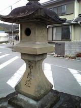 何か古い石灯篭、バス停の横