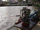 ROBOT Fishing rally 2006実験大会の様子3 釣果があがらない焦燥感と哀愁を背中で表現したRETROが釣具の常習屋から「ベストフィッシュボット大賞」が贈られた。