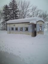 雪の中の駅舎、古い客車らしい