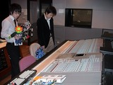 スタジオの調整卓に座りディレクター気分の大生