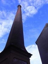 今は使われていないゴミ焼却炉の煙突はかなりの高さでランドマーク