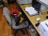 ゾンさんの会社を訪問した大津波がデスクに座っている