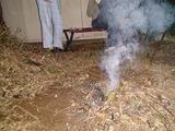たぶん野焼き禁止地帯だが、大量の落ち葉で焼き芋を作る
