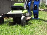 おしている芝刈り機は普通の人用だ