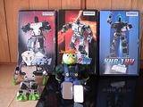 タクミの入学祝にKHR-1 HVを頂く(右端)我が家には近藤科学社製のロボット全製品が揃っています。