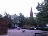 とても綺麗な教会だけど、あえて公園の木に隠れた構図で