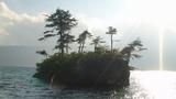 十和田湖はカルデラ湖であり、溶岩が露出している