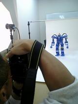 ストロボも両サイド、目の青い光をも映しこむ名カメラマンの技