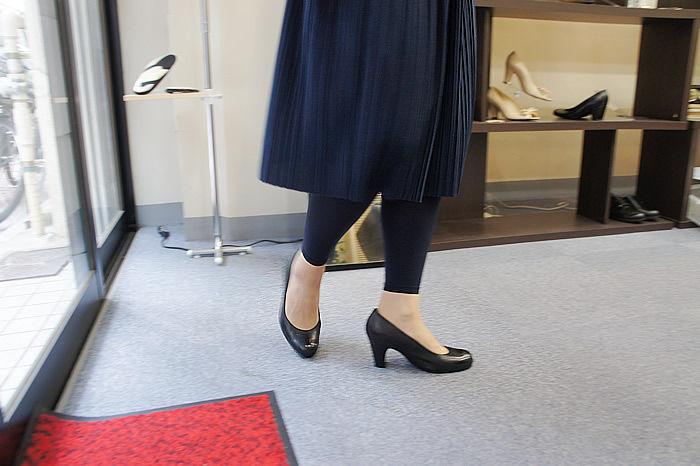こちらは上のブラックパンプスを作るために製作した専用試着靴。 明るいマロンカラーの革を選んでいただきました。